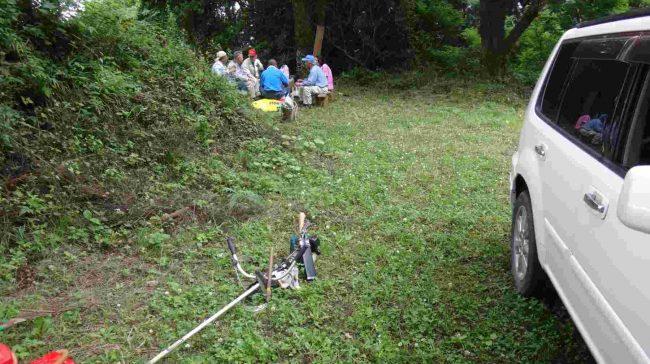 真夏日の長袖での作業には水分補給が重要。定期的に木陰で水分の補給をする。