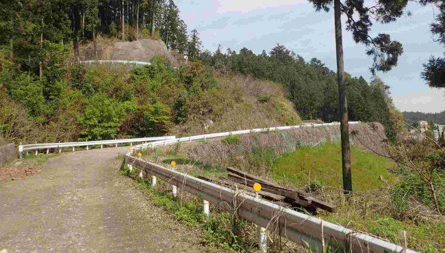 勝峰山林道は福音も4mと広く、すれ違いもできて、林道走行としては快適だがあくまでも林道の規格で、一般道の安全性は無く、自己責任での通行になる。
