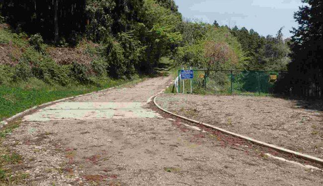 右側のフェンスで仕切られた先が、級さのセメントの鉱山道路で通行止め。左手の道は、旧浅野セメントの鉱山道路を林道として転用し、勝峰山林道として山頂へ続いている。