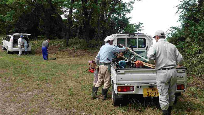 午前8時30分に山頂下の駐車場に草刈機を荷揚げして作業に取り掛かる。