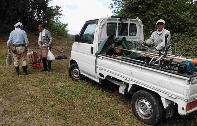 猛烈な勢いで伸びる雑草や鎌では切れない徒長した枝などには、丸刃の草刈機が強い味方だ。