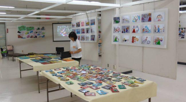 手作り絵本のコーナーでは、卒園時のテーマに制作した絵本を手に取ることができます。