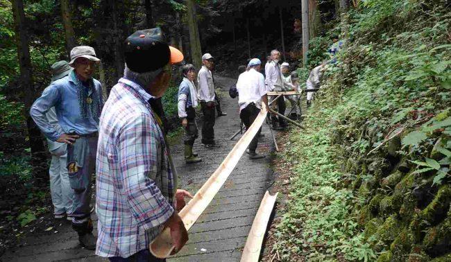 平井川源流の湧水を引き、流しそうめんの設営をする。