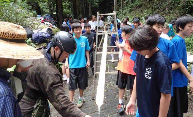 食べ盛りの中学生他70名以上の食欲を満たすために、長い竹の樋わ設営する。