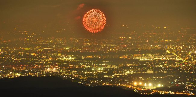 先ずは立川の昭和記念公園の花火が始まりました。さすがに大きく見え、音もはっきりと聞こえてきます。