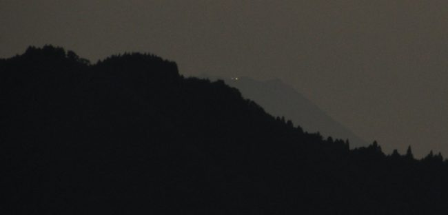 稜線からわずかに顔を出す富士山の山頂にも灯が灯りました。西の空はよく晴れていましたが、さて・・・・。