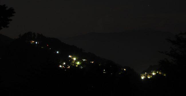 山頂から真西の御岳神社(左端)と右へ連なる宿坊に灯が灯り始めました。