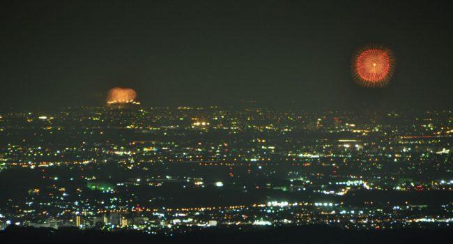 左の隅田川の花火に比べて、スカイツリーの照明ははるかに弱いためと霞のためスカイツリーが映りませんが、左の隅田川の花火のすぐ右にスカイツリーがあります。右側の花火は昭和記念公園の花火です。