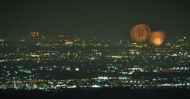 隅田川の花火は、直線距離で50キロほど離れているが、規模が大きくここからもはっきり見える。スカイツリーが見えれば花火との高さ比べができて、面白いだろう。来年もチャレンジしたい