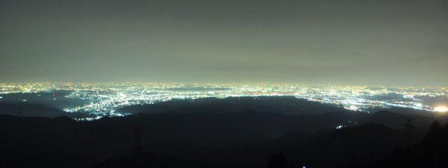 日の出三山の麻生山(794m)は昨年の12月に景観皆伐を行い、埼玉から横浜までの180度以上の視界が得られるようになりましたので、元旦の御来光撮影に続いて夏の夜景と花火の撮影に行きました。熊野目撃情報がある中、林道で大きな動物が横切ったのでさては動画思いましたが、草むらからカモシカがこちらを見ていました。春にも近くでカモシカに遭遇しました。