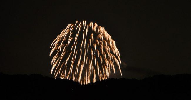 今回もスカイツリーと花火のコラボはあきらめて、他のカメラマンが狙う青梅の花火を撮った。距離は10キロ程度なので、さすがに花火も音もでかい。