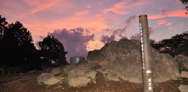 この日は昼過ぎまでにわか雨がぱらつき、眺望はだめとあきらめていましたが、雲が切れてきたのでダメもとで花火撮影を決行。山頂では夕焼け雲がきれいでした。