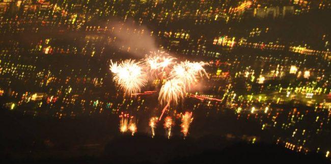 日の出夏祭りの盆踊りも終わり、スターマインのにぎやかな花火をフィナーレにして静寂へと戻りました。