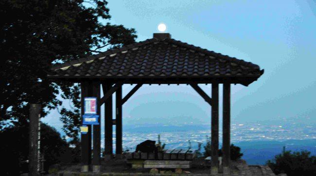 この日は栗名月の十五夜で、まだ残照の残る空に満月が輝き始めました。