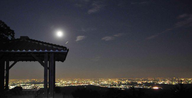 江の島の花火大会開始の6時近くになると、残照は消えて満月と都心の灯りが輝き始めます。