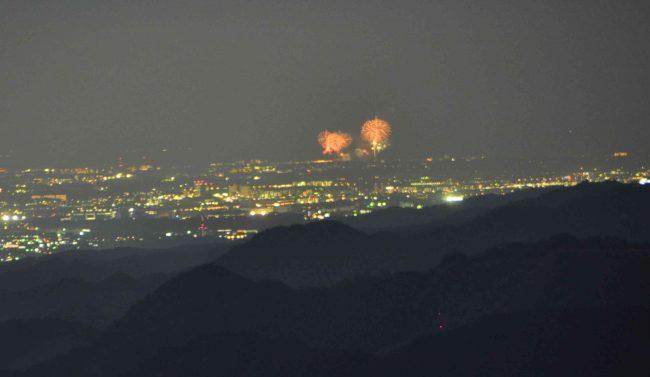 花火の手前の山の形と、一枚目の写真の山の形を照らし合わせると、江の島の花火だとわかります。
