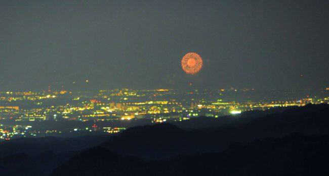 江の島の花火大会の始まりです。ここから60Km超の距離です。