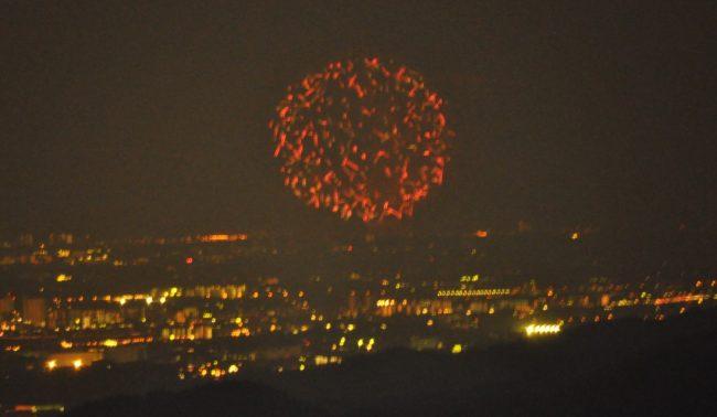 終了間近に上がった数発の大きな花火が4尺玉だったようです。4尺玉と言えば直径120Cm超だからすごい!